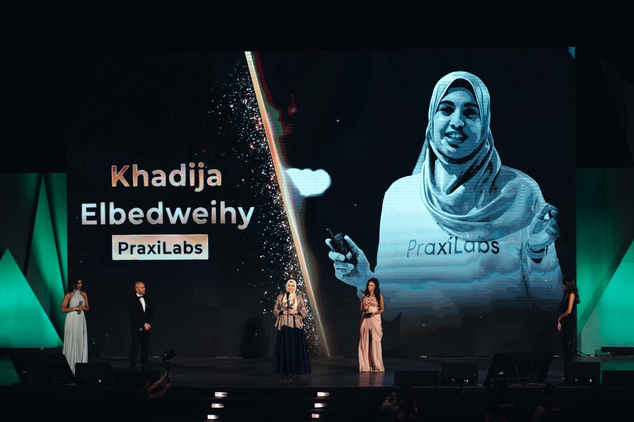 د.خديجة البدويهي اثناء استلام جائزة UN SDGs في التعليم ٢٠٢١.